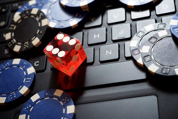 Vláda považuje reformovaná pravidla hazardu za úspěšná. Nepřítel teď ale číhá na internetu